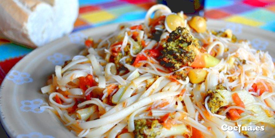 Tallarines con brocoli y tomate