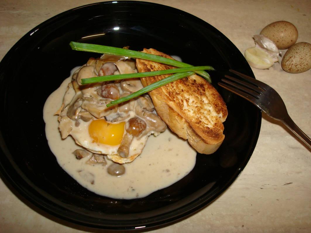 Receta: Tosta de huevos de perdiz con setas a la nata