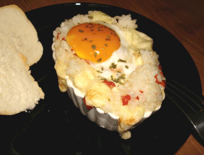 Barcas de arroz, huevo, chorizo y queso