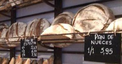 Pan artesanal en las estanterías de una panadería tradicional