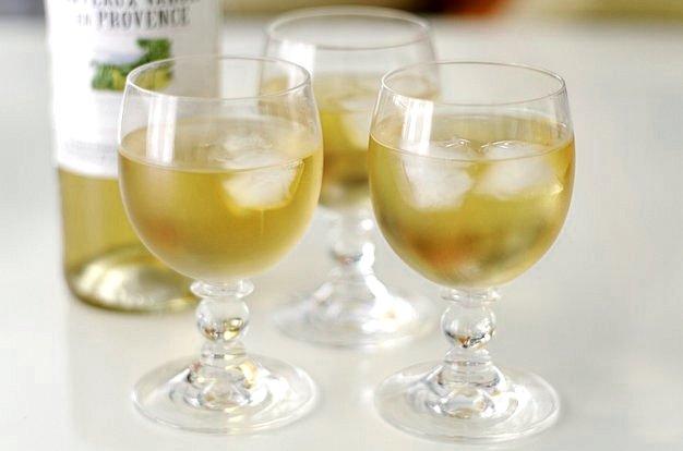 Tres copas de vino blanco con hielo