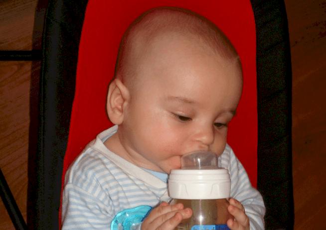 Bebé tomando biberón