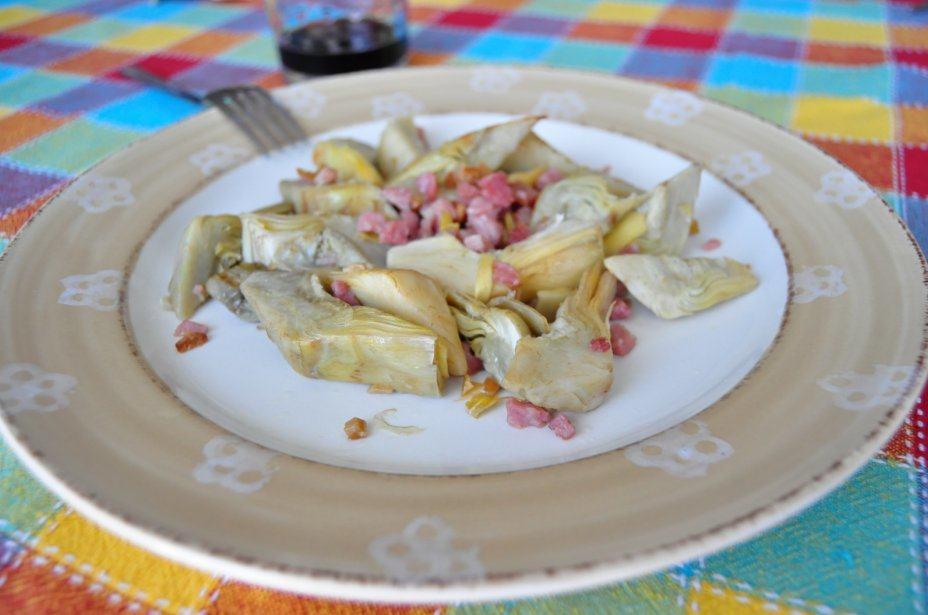 Plato de alcachofas con jamón