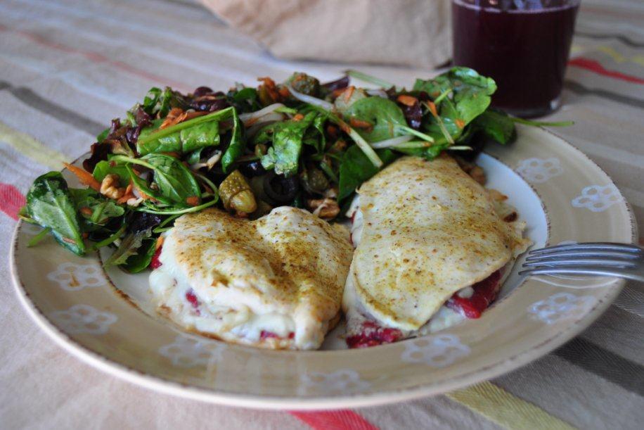 San Jacobo al horno de pollo, pimiento y queso con su ensalada