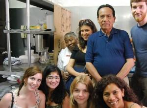Teresa Izquierdo en su cocina posando junto con unos amigos