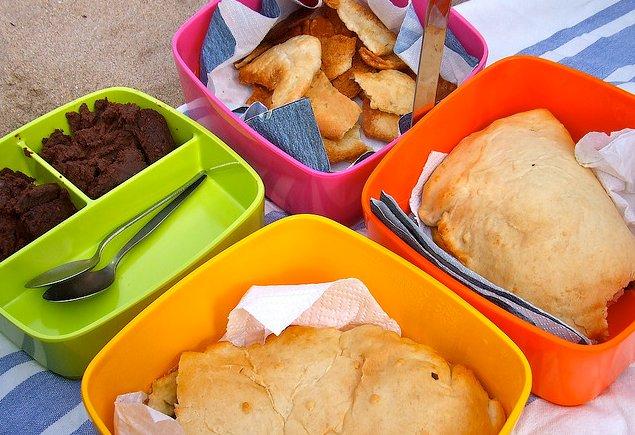 Tupper de comida en la playa