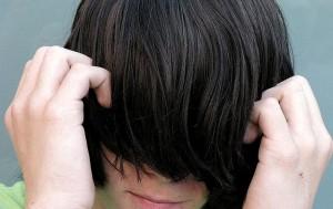 Un joven con una gran densidad de cabello