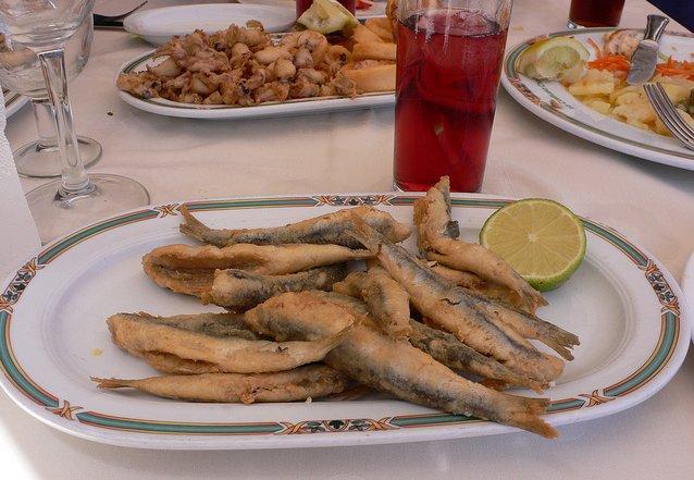 Ración de sardinas y tinto de verano en un chiringuito