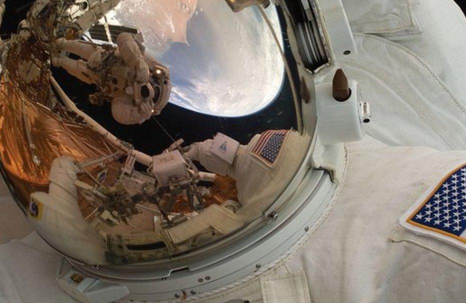 Astronautas en misión espacial