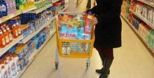 Un cliente en los pasillos de un supermercado