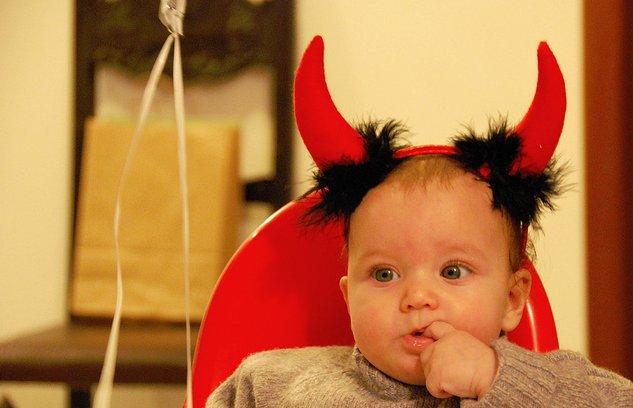 Un niño con unos cuernos de dieblo en Halloween