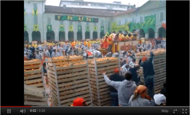 La batalla de las naranjas de Ivrea (Italia)