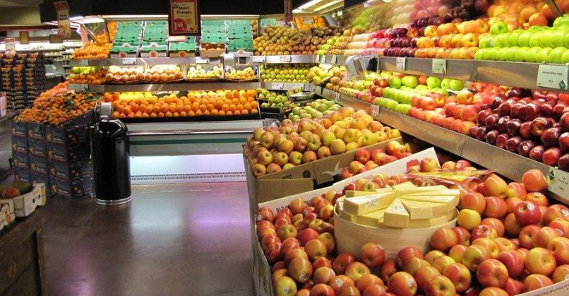 Diversos tipos de manzana en un supermercado