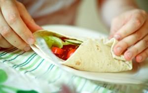 Burrito o fajita de comida mexicana