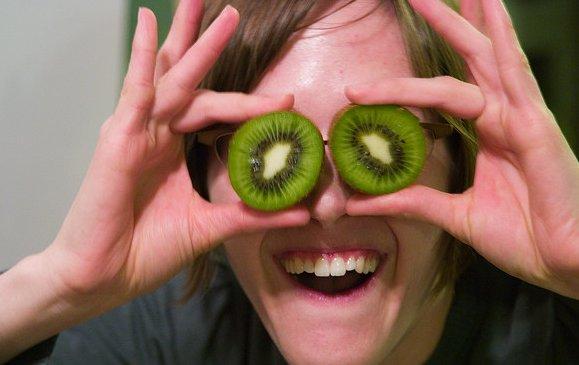 Un joven usa dos kiwis como ojos de mentira