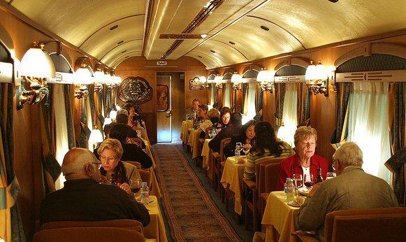 Viejeros comiendo a bordo de un tren