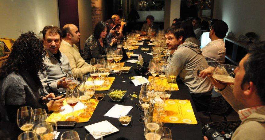 Blogueros asistentes a una cata de cervezas