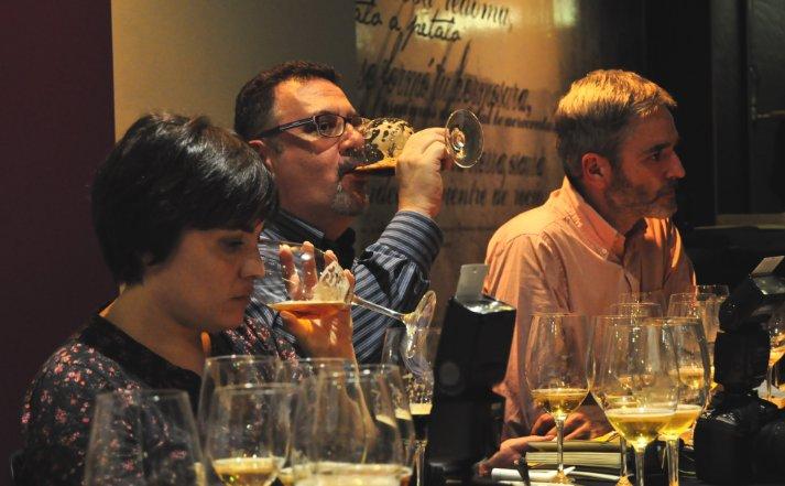 Rosa Ardá, Rafa Prades y Mikel Iturriaga, en plena cata de cervezas