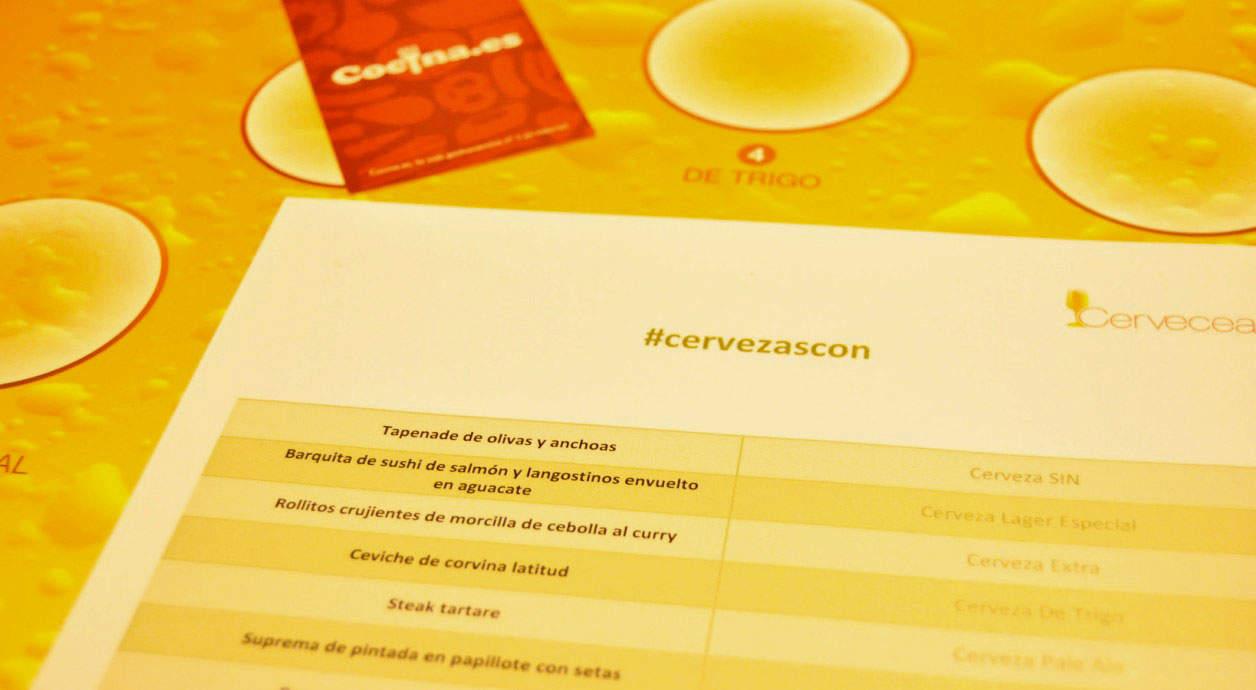 Carta de la degustación maridaje de cervezas, con la tarjeta de Cocina.es al fondo