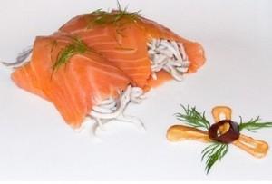 Rollito de salmón ahumado relleno de gulas