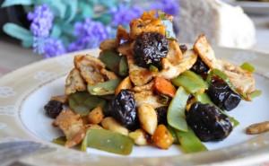 Salteado de lomo con verduras, pasas y almendras