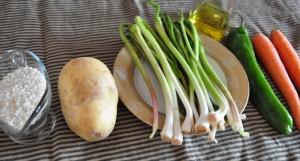 Ingredientes de la receta de arroz con ajetes y patatas