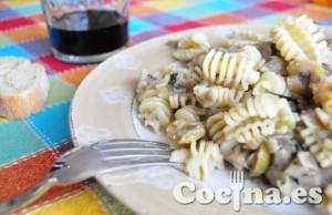 Radiatori de pasta con salsa de champiñones