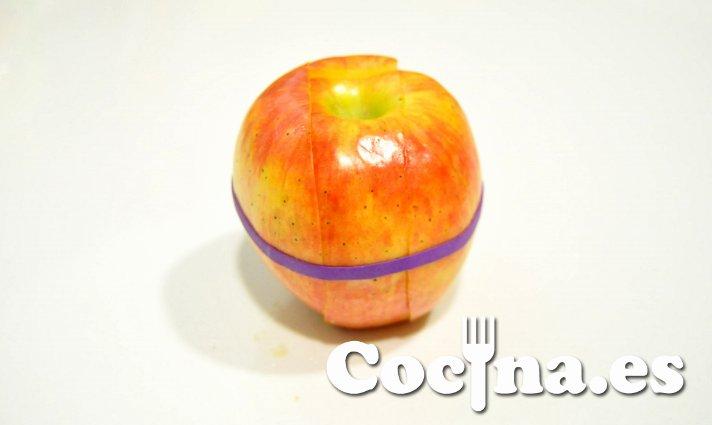La manzana cogida con la goma