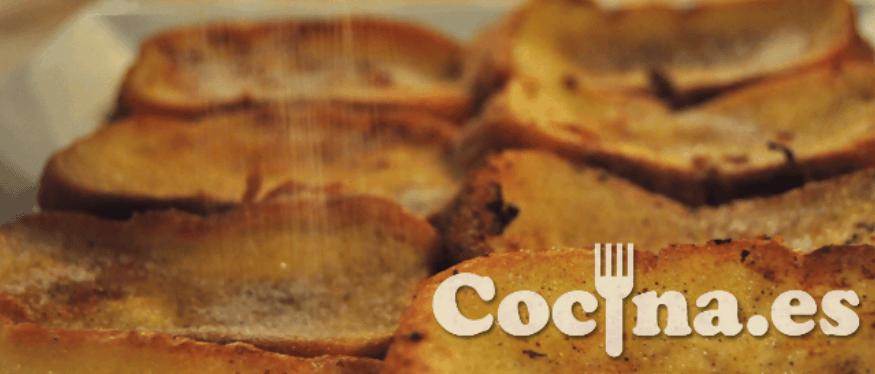 Receta de las torrijas: espolvorear azúcar con canela