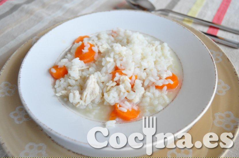 Sopa de arroz con pollo y zanahorias
