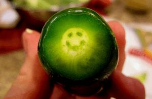 Un pimiento jalapeño con una sonrisa