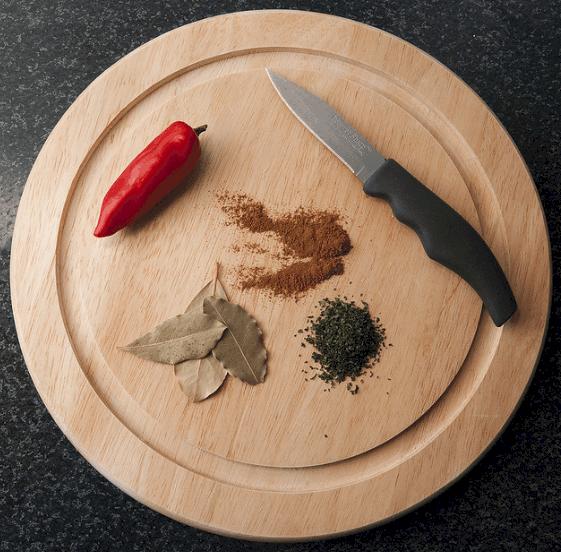 Especias sobre una tabla de cortar.