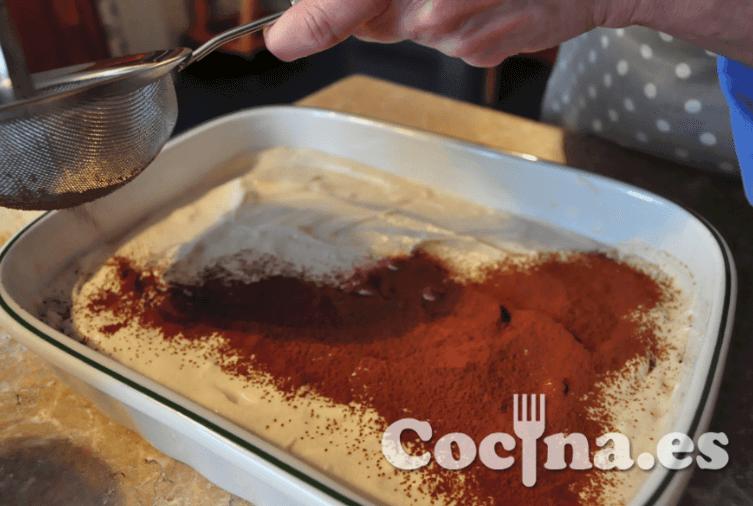 Receta del tiramisú: espolvorear cacao
