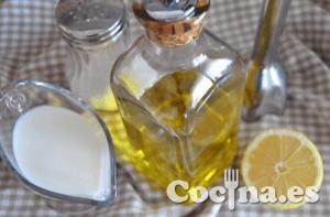 Ingredientes de la mayonesa sin huevo: leche, aceite de oliva, zumo de limón y sal.