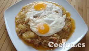 Huevos sobre lecho de patata chorizo y cebolla