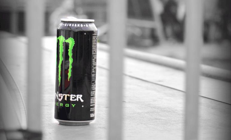 Bebida energética Monster entre rejas