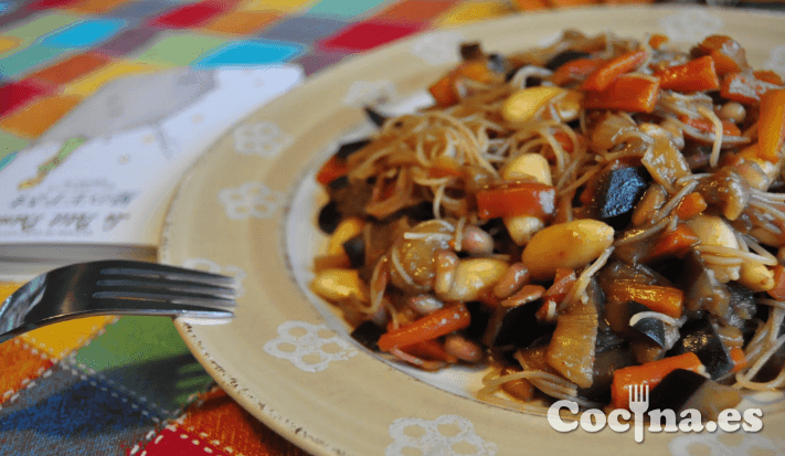 Fideos chinos con verduras y salsa de soja
