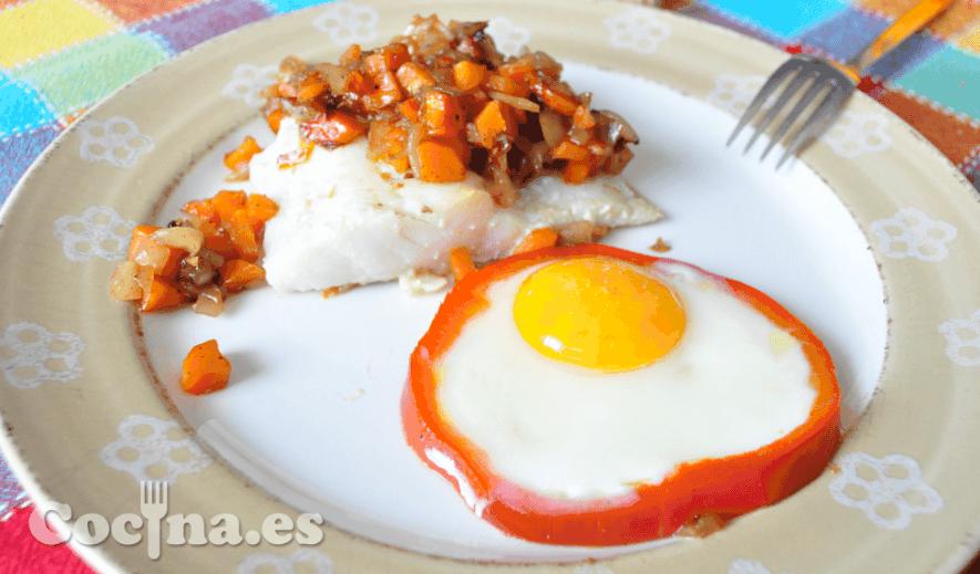 Bacalao con cebolla, zanahoria y huevo en aro de pimientos