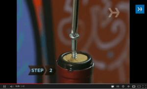 Vídeo que muesta varias formas de abrir botellas de vino sin sacacorchos.