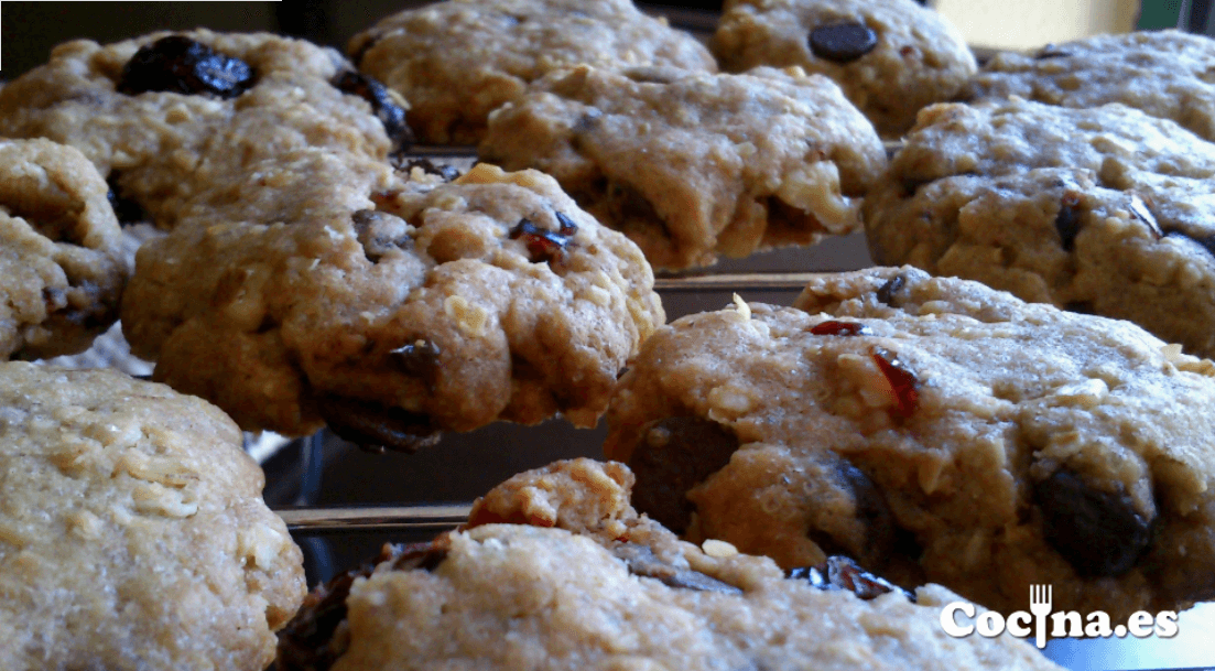 Galletas de arándanos con pepitas de chocolate y nueces.