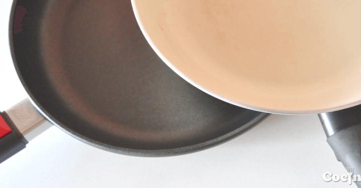 A mi izquierda, la sartén de titanio; a mi derecha, la sartén de cerámica. ¿Nos pegamos?