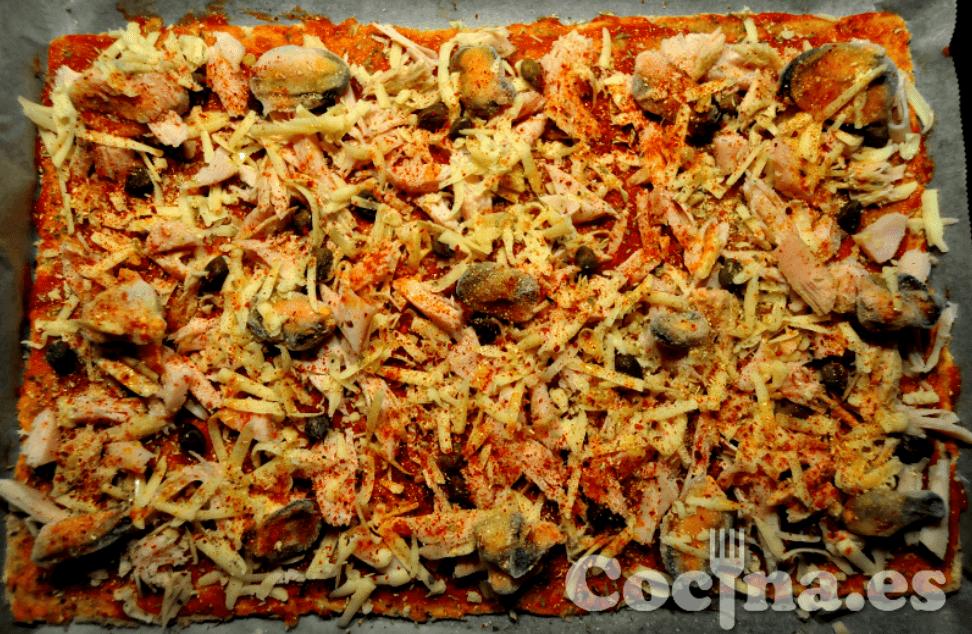 Pizza con masa de pan de molde.