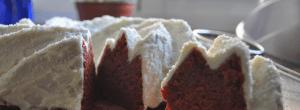 Red Velvet sin colorantes cubierto por un buttercream de queso y espolvoreado con coco rallado.