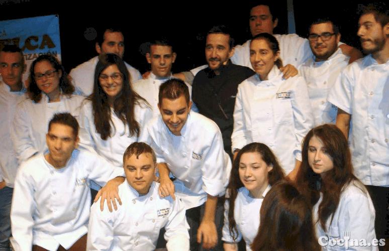 Diego Guerrero se hace una foto con algunos de los chicos de la Escuela de Hostelería de Cáceres.