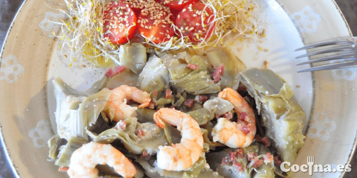 Alcachofas rehogadas con langostinos y jamón