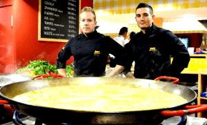 Cocineros haciendo paella en el stand de Aneto en Alimentaria