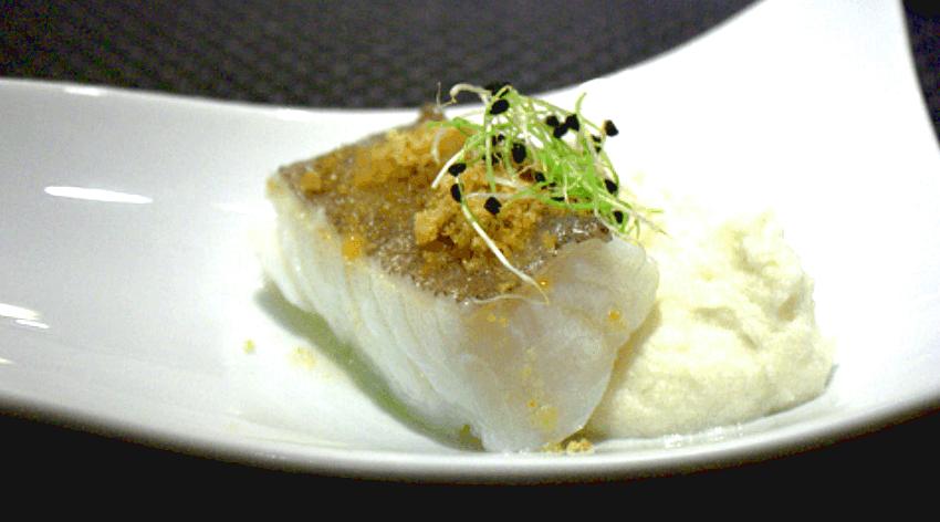 Bacalao confitado con brotes de alfalfa y mayonesa / Foto: Goodiesfirst.