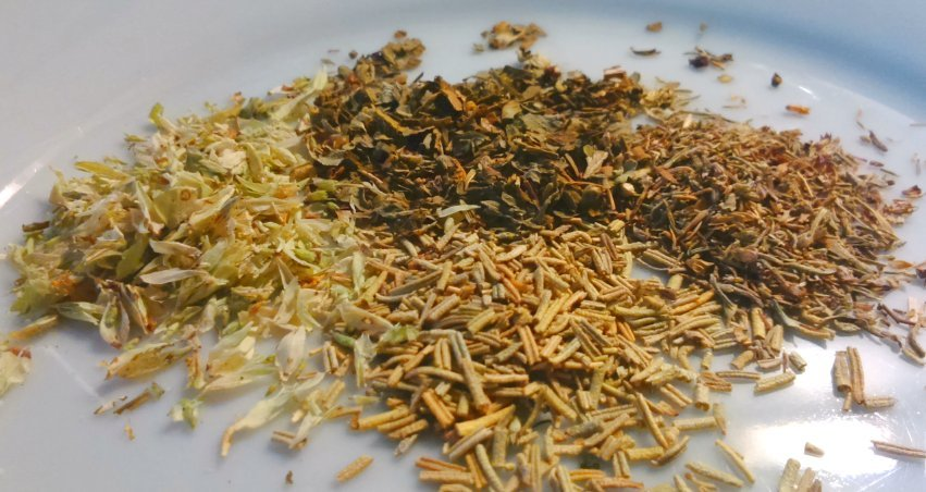 Mezcla de hierbas aromáticas: romero, tomillo, albahaca y pimienta