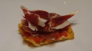Crujiente de pan con tomate y jamón Ibérico dehesa de Extremadura, de Ramón Freixa.