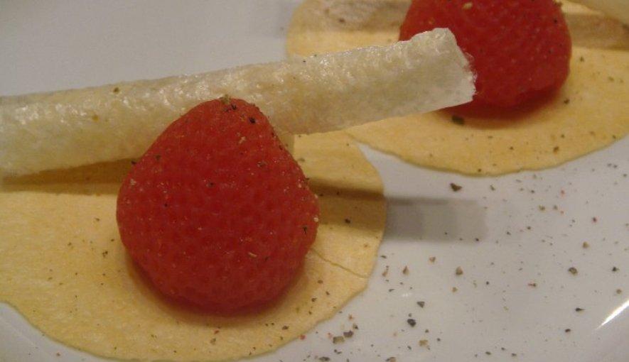 Crujientes de queso Ibores con falsas fresas de tomate y canutillos de queso al pimentón, de Ramón Freixa.